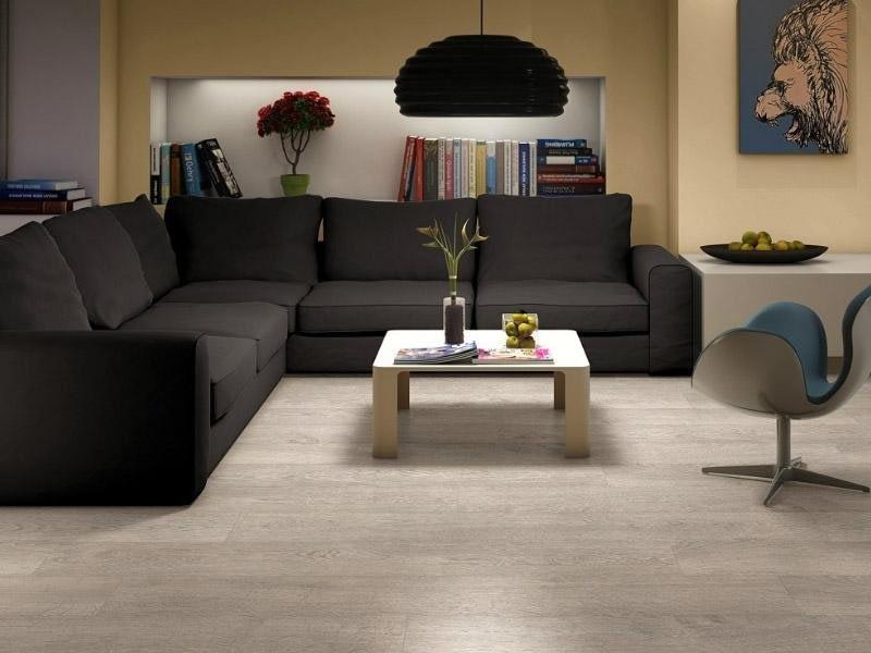 Белый пол-темная мебель