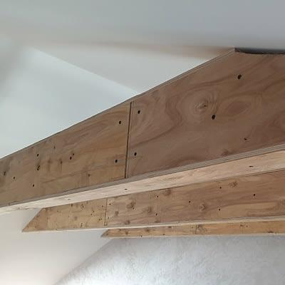 Отделка балок инженерной доской, укладка инженерной доски рисунком французская елка в частном доме